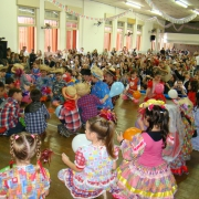 Comunidade educativa vivencia grande arraial junino