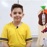 Estudante apresenta o Sistema Urinário