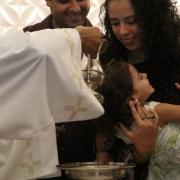 Batizado leva o primeiro sacramento a 24 crianças