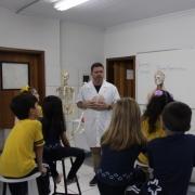 1º Ano trabalha com o corpo humano no Laboratório