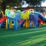 Playground com grama sintética
