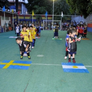 Ampla área esportiva, com campo de futebol e ginásios cobertos