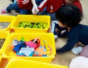 Creche 1A explora sensações com formas e texturas
