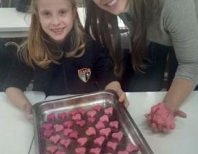 Creche e 1º ano fazem Pink Butter Cookies