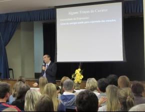 Palestra discute formação do caráter da criança